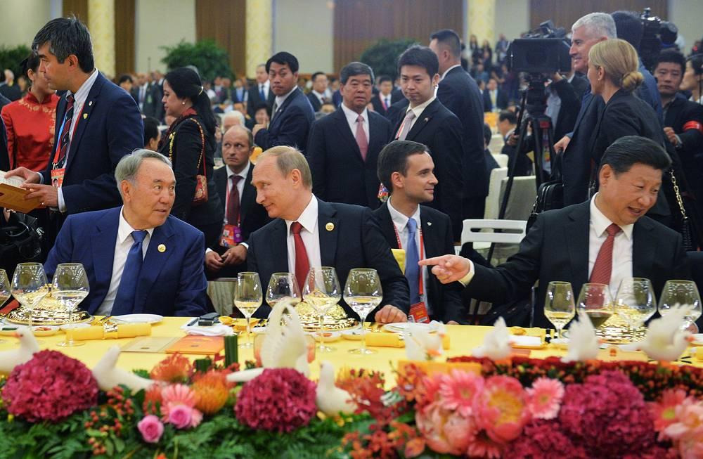 Президент Казахстана Нурсултан Назарбаев, президент РФ Владимир Путин и председатель КНР Си Цзиньпин на торжественном приеме