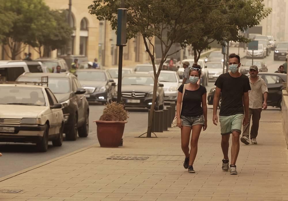 Власти Ливана обратились к жителям с призывом оставаться дома, использовать защитные маски, а также воздержаться от сжигания мусора на улицах. На фото: Бейрут, Ливан