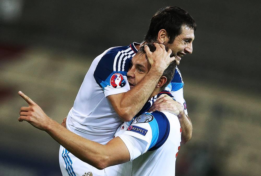 Алан Дзагоев и Артем Дзюба после очередного гола в ворота лихтенштейнцев