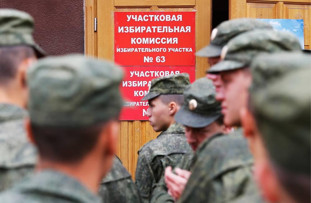 Военнослужащие у избирательного участка на выборах губернатора Калининградской области