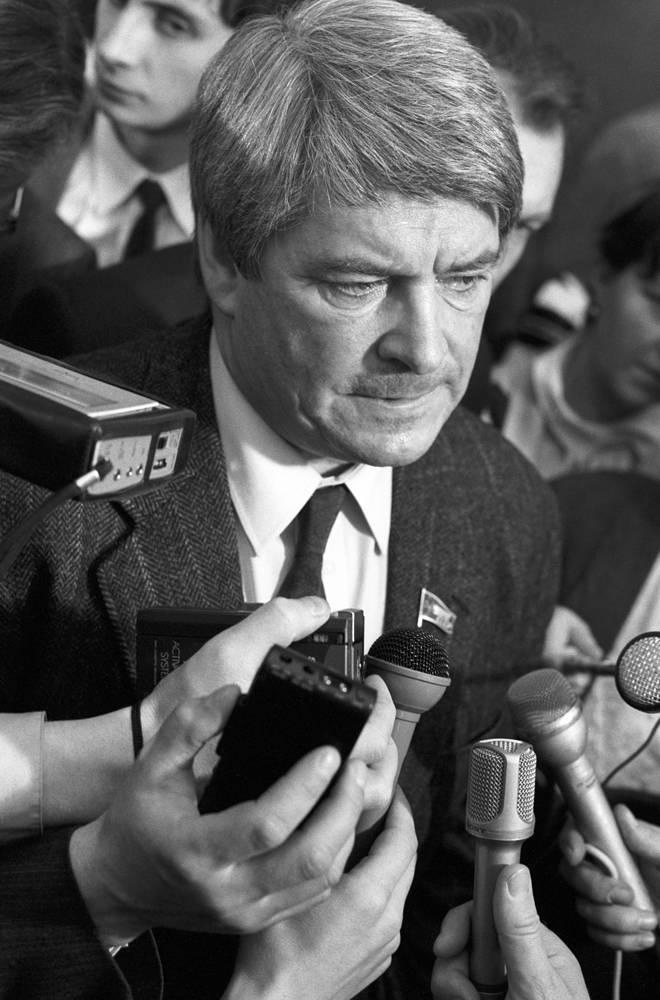 Юрий Афанасьев во время работы Третьего съезда народных депутатов СССР, 1990 год