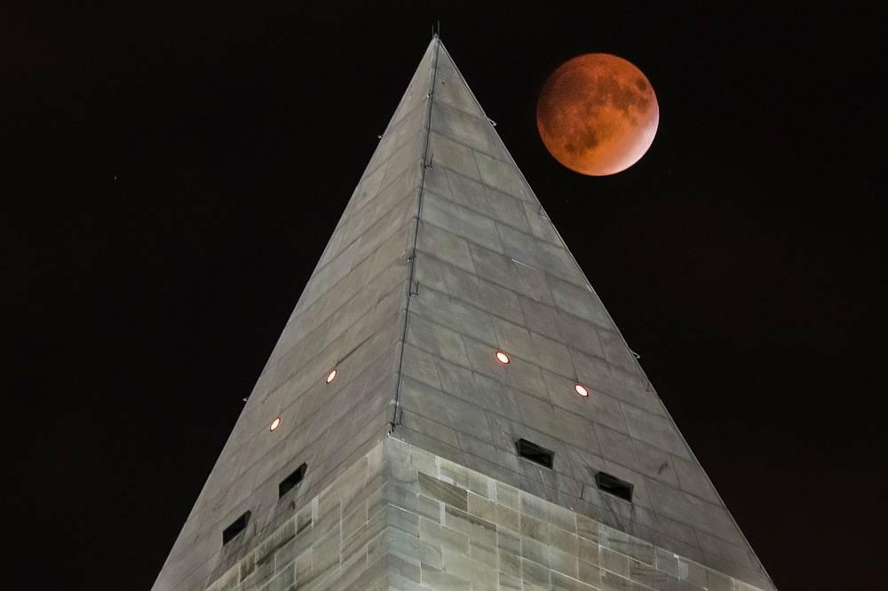 Такой красную Луну увидели в Вашингтоне, США