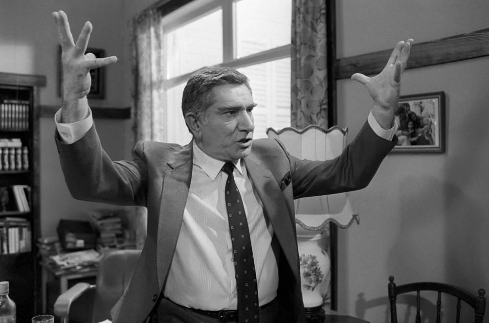 """Армен Джигарханян в роли Филиппа Стоуна на съемках фильма """"Конец света с последующим симпозиумом"""" по одноименной пьесе американского драматурга Артура Копита, 1986 год"""