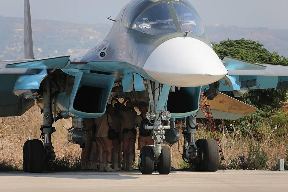 Технический персонал готовит самолет Су-34 к вылету