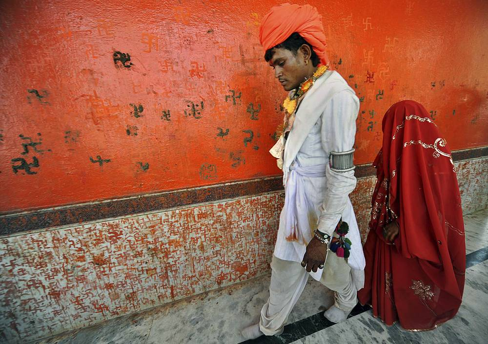 Согласно статистике Детского фонда ООН (ЮНИСЕФ), в 2014 году около 700 млн женщин были выданы замуж до 18 лет, причем 250 млн - до 15 лет. На фото: несовершеннолетние молодожены в Индии, 2010 год. Несмотря на то, что детские браки в этой стране вне закона, они все еще происходят, особенно в небольших бедных деревнях