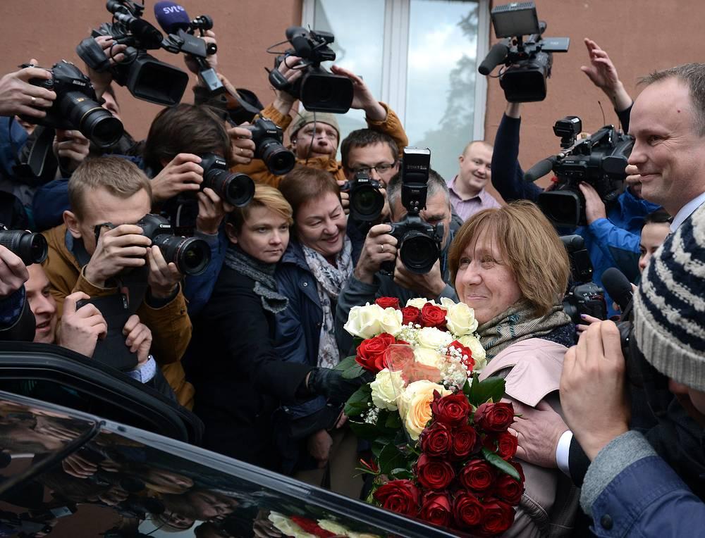 Лауреат Нобелевской премии по литературе 2015 года белорусская писательница Светлана Алексиевич после пресс-конференции в Минске, 8 октября