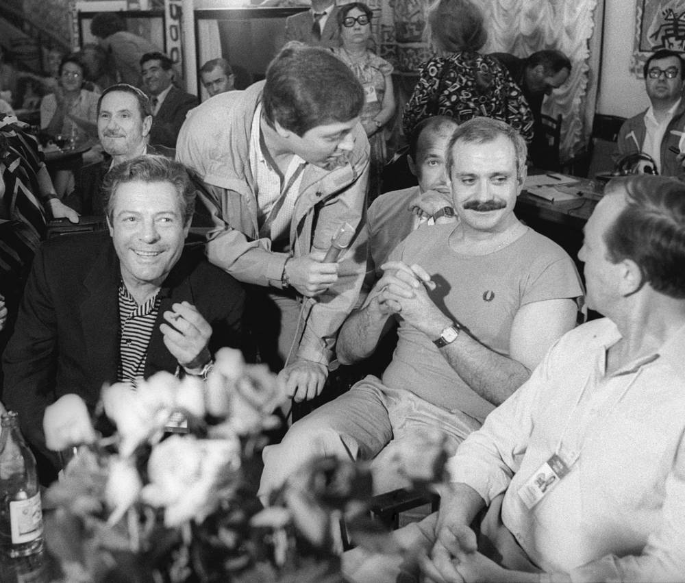 Итальянский киноактер Марчелло Мастроянни (слева), советские актеры Никита Михалков и Анатолий Ромашин на XV Международном кинофестивале в Москве, 1987 год