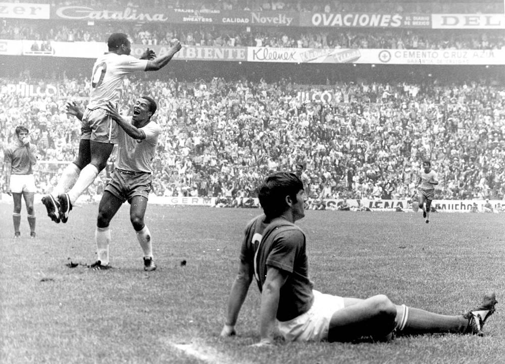В финальных матчах чемпионатов мира Пеле отличался трижды. На его счету дубль на турнире 1958 года и точный удар в решающем матче мирового первенства-1970 (На фото: футболисты сборной Бразилии после гола Пеле в финале ЧМ-1970 против команды Италии)