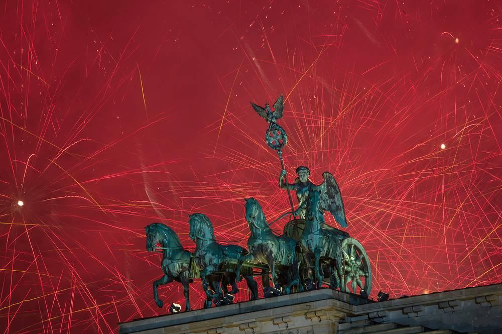 Берлин. Германия. 1января 2016 Салют над Бранденбургскими воротами.