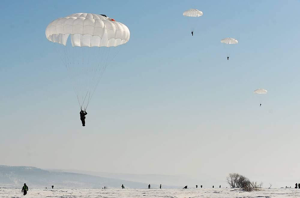 Выполнение парашютных прыжков в рамках комплексных тактических учений, Уссурийск, 2016 год