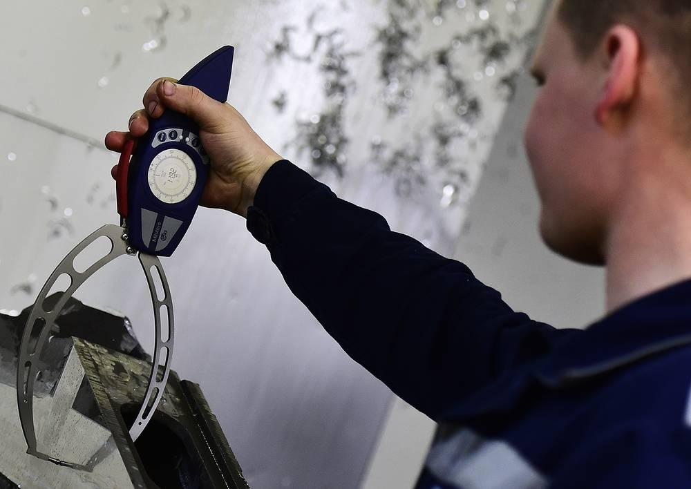 Оператор в механическом цехе программной обработки деталей вертолетов Ка-52. Приморский край