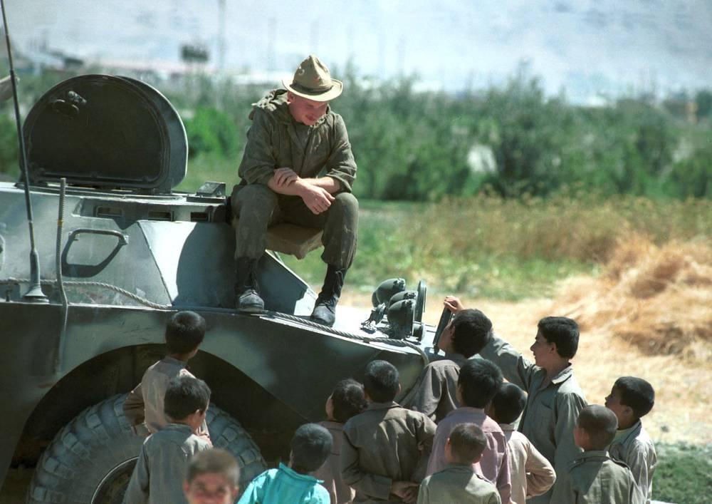 Проводы советских солдат в одном из афганских кишлаков. Афганистан, 1988 год
