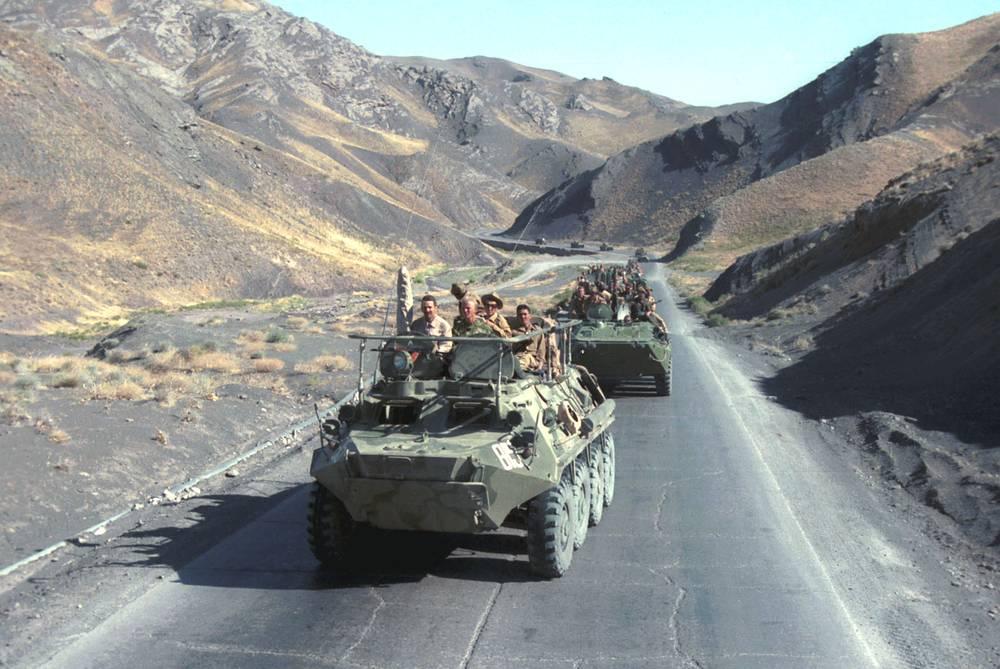 Колонны БТР следуют к Кушке (на перевале между Гератом и Кушкой). Афганистан, 1988 год