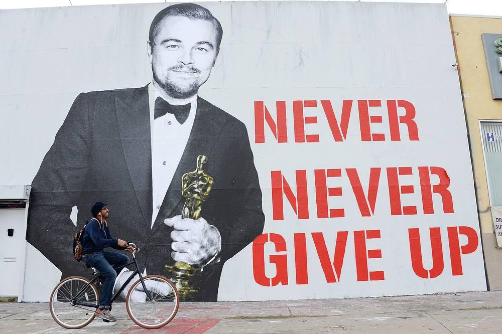 """Портрет Леонардо ди Каприо со статуэткой """"Оскар"""" на одной из улиц Лос-Анджелеса, Калифорния, 3 марта"""