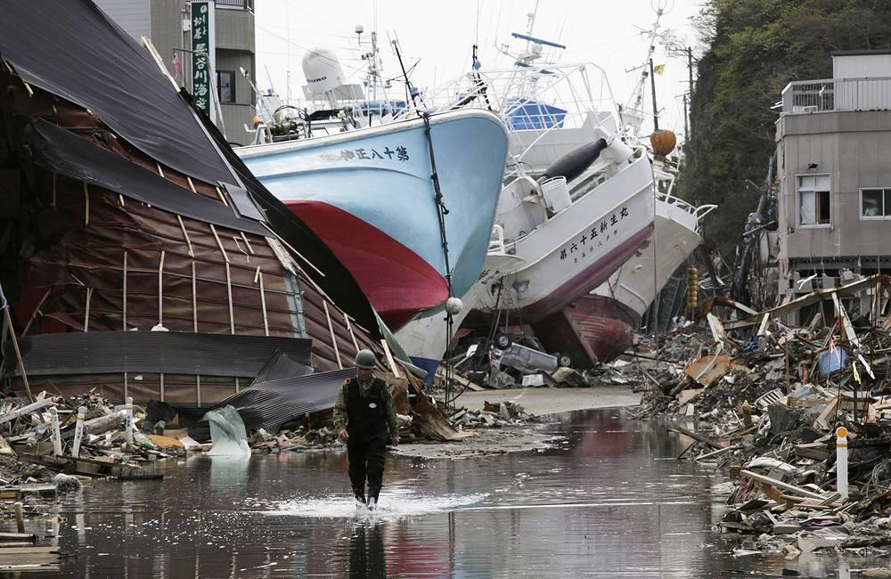Рыболовные суда выброшены на берег в опустошенном цунами районе Шишинори портового города Кесеннума, префектура Мияги, северная Япония, 28 апреля 2011 года