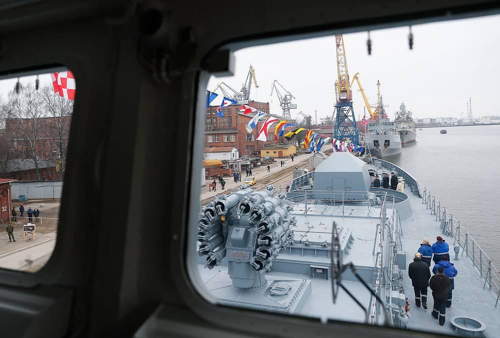 "Вид из рубки во время церемонии поднятия Андреевского флага на фрегате ""Адмирал Григорович"""