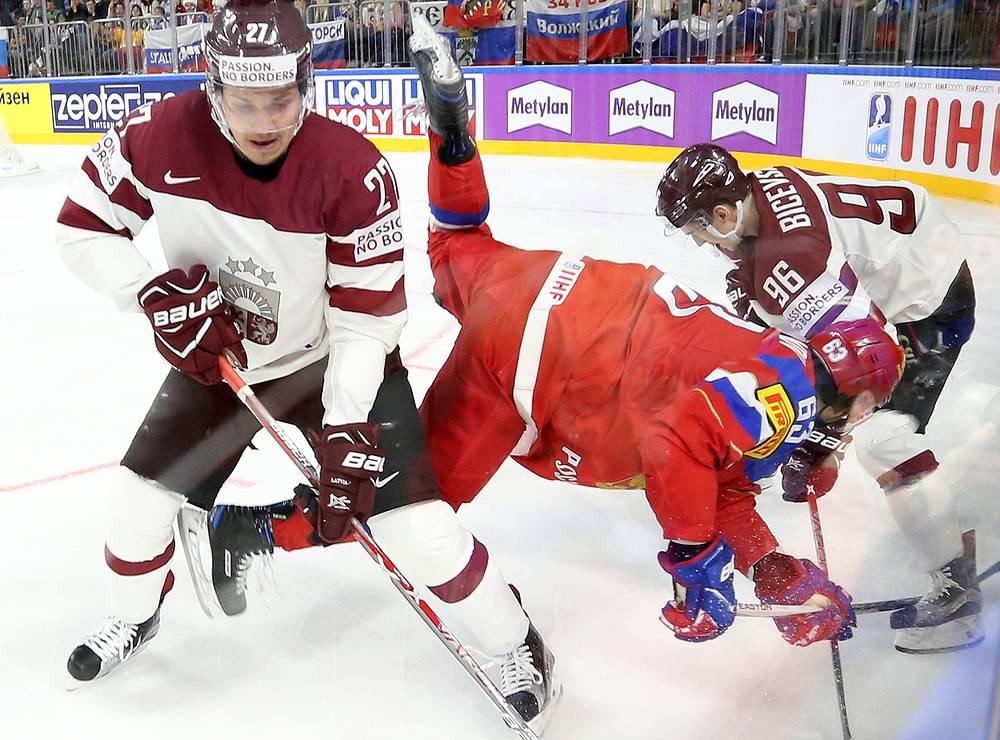 Игроки сборной Латвии Оскар Цибульскис (слева), Марис Бичевскис (справа) и сборной России Евгений Дадонов (в центре)