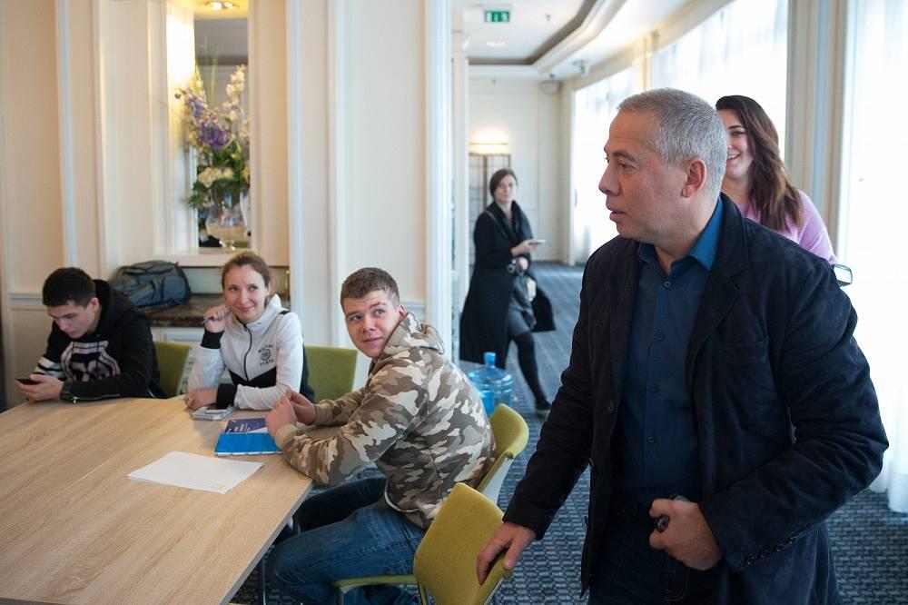 Аркадий Новиков (справа)