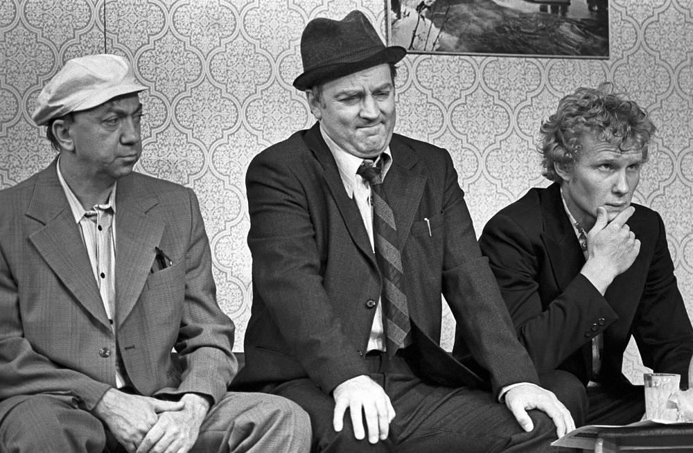 """С актерами Романом Ткачуком (слева) и Юрием Воробьевым (справа) в сцене из спектакля """"Феномены"""", 1979 год"""