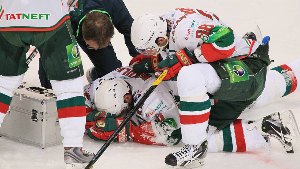 Игроки «Ак Барса» (Казань) Вадим Хомицкий и Илья Никулин (справа налево)