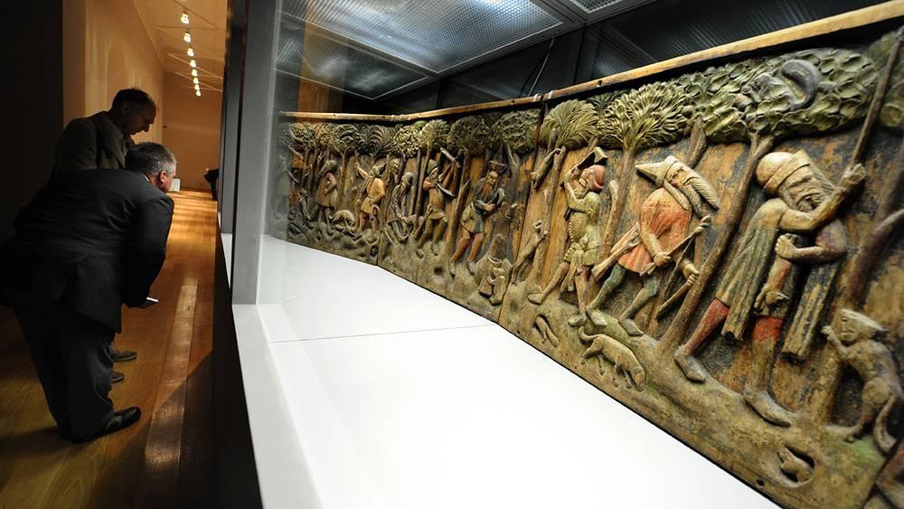 Рельефные панели с изображением русских охотников и бортников /Штральзунд, 1360-1370-е/