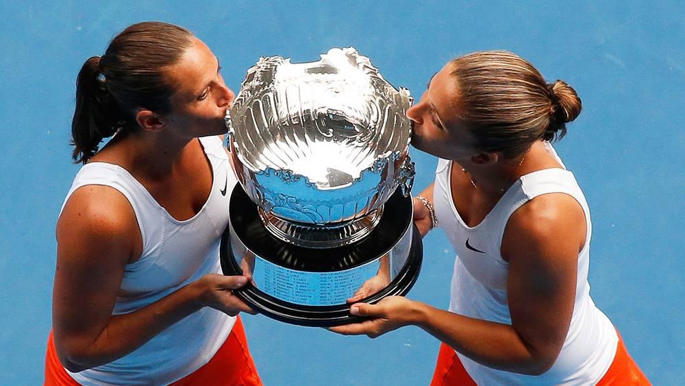 Победительницы с трофеем