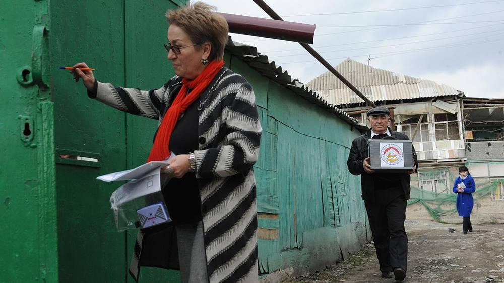 """Члены избирательной комиссии во время выносного голосования в """"Еврейском квартале"""""""