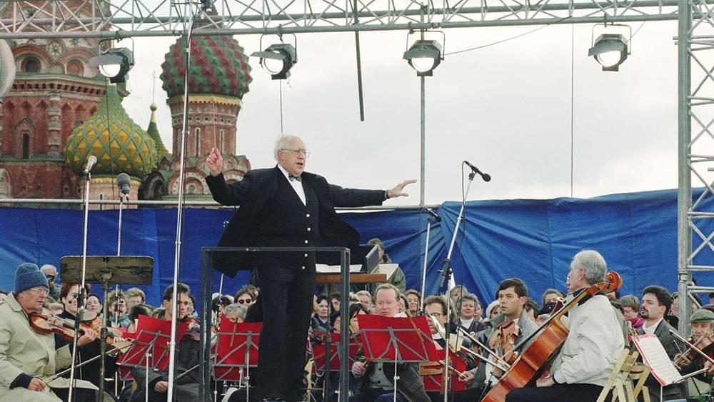 Мстислав Ростропович во время концерта на Красной площади в Москве, 1993 год