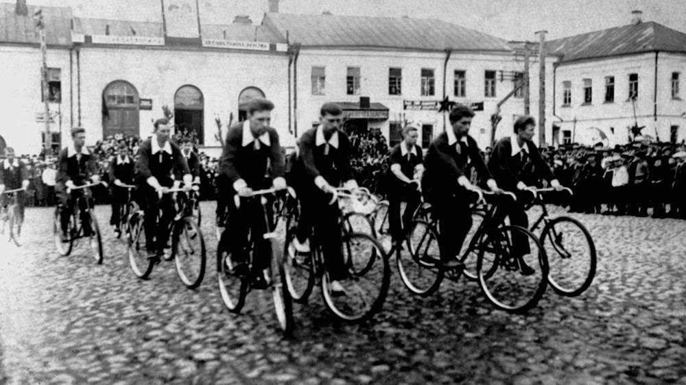 Торжок. 1 мая 1938 год. На снимке: физкультурники на улицах города