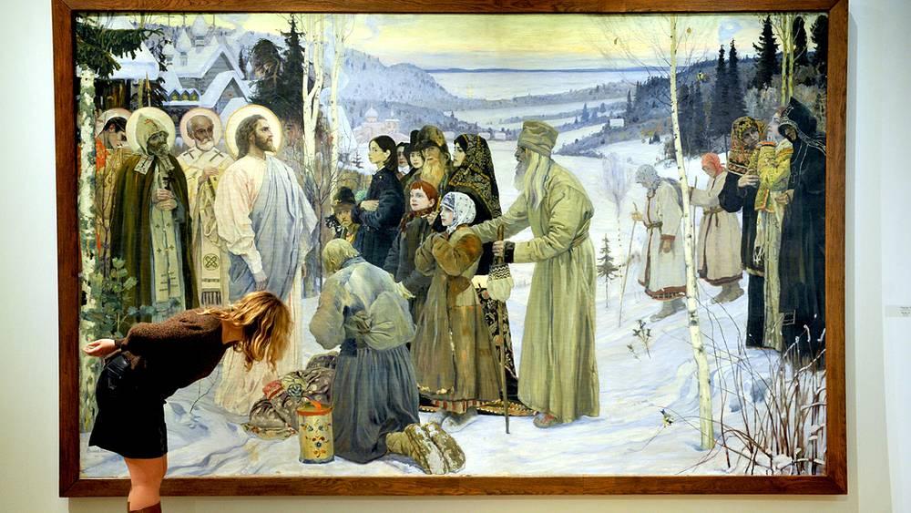 """Посетительница у картины """"Святая Русь"""""""