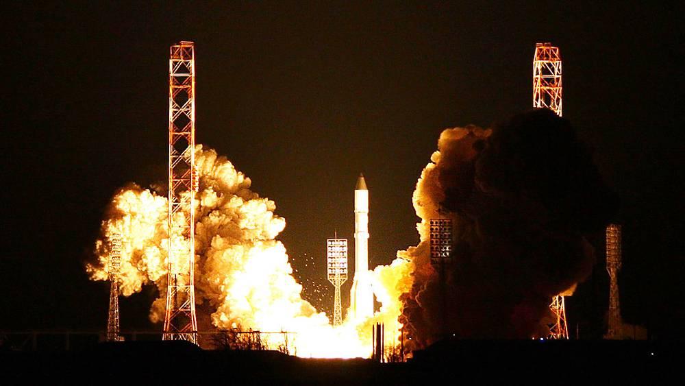 """Запуск ракеты-носителя """"Протон-М"""" на космодроме Байконур"""