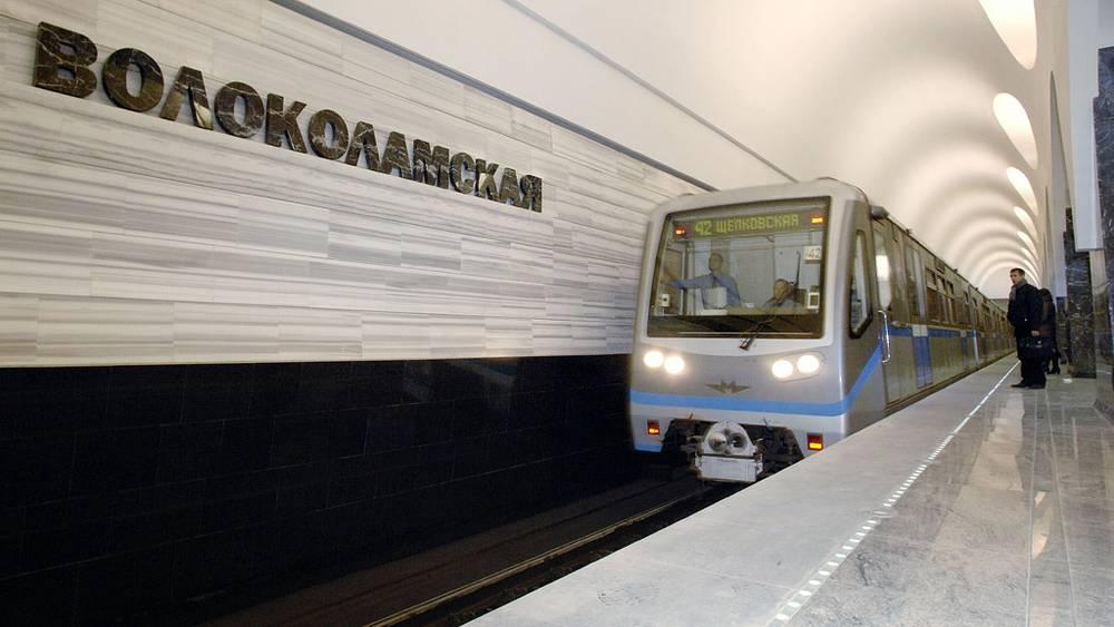 """Прибывающий поезд на станцию метро """"Волоколамская"""". 2009 год"""