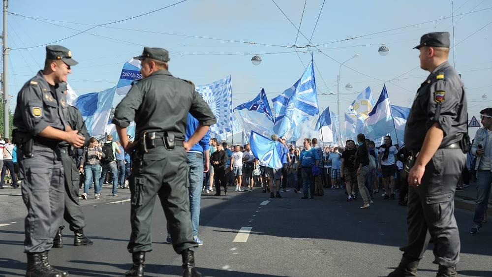 Полиция во время марша зенитовских болельщиков