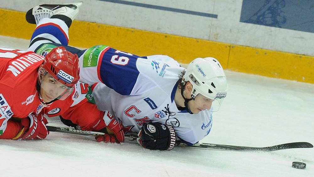 Спартаковец Максим Приступлюк (слева) и армеец Федор Федоров