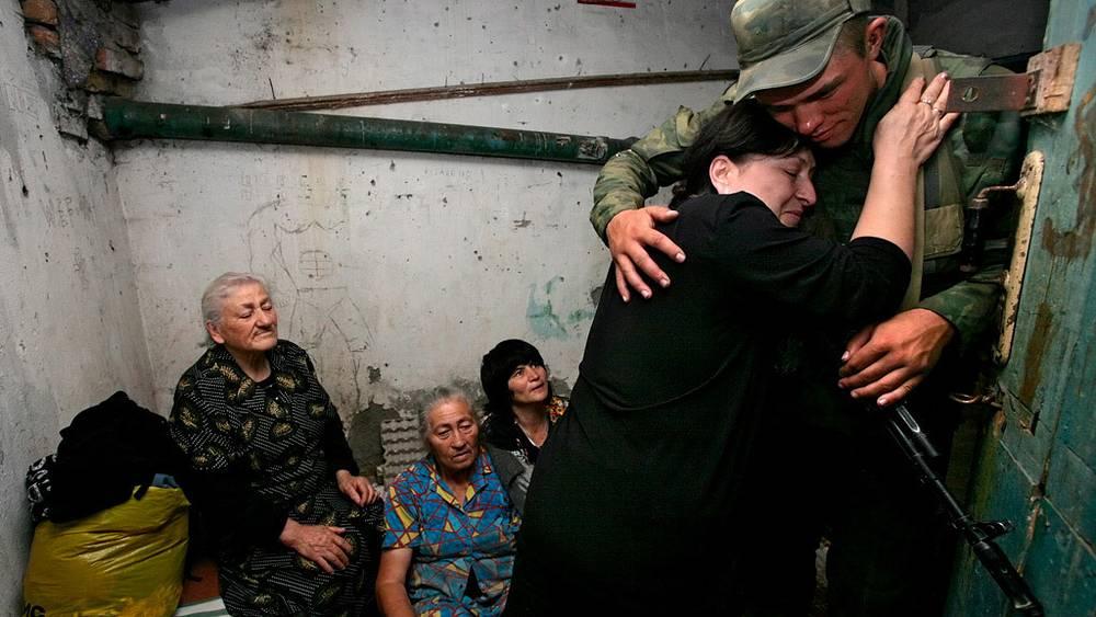 Российский миротворец во время эвакуации мирного населения города Цхинвали. Фото EPA/ ИТАР-ТАСС