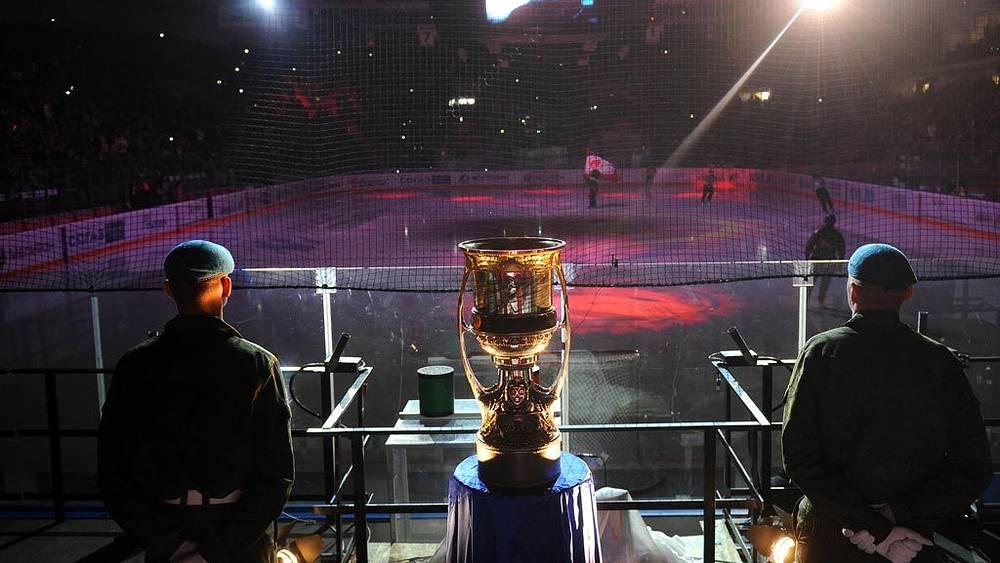 Кубок Гагарина, вручаемый победителю серии плей-офф Континентальной хоккейной лиги, представлен перед началом финального матча