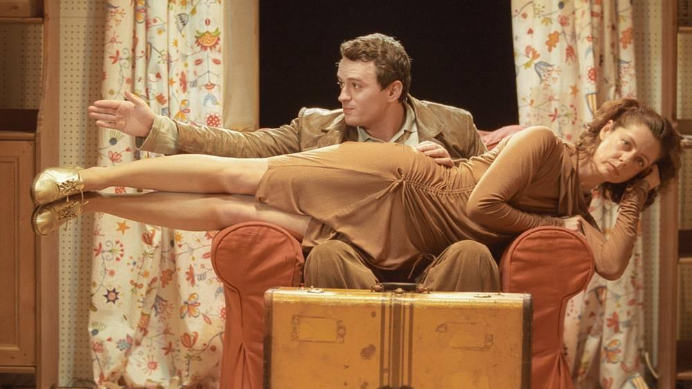 """Полина Медведева в роли Сибиллы и Никита Зверев в роли Фрунца в сцене из спектакля """"Синхрон"""" (2003 год)"""