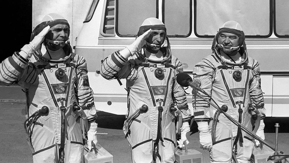 Александр Волков, Владимир Васютин и Георгий Гречко на Байконуре перед стартом, 1985 год