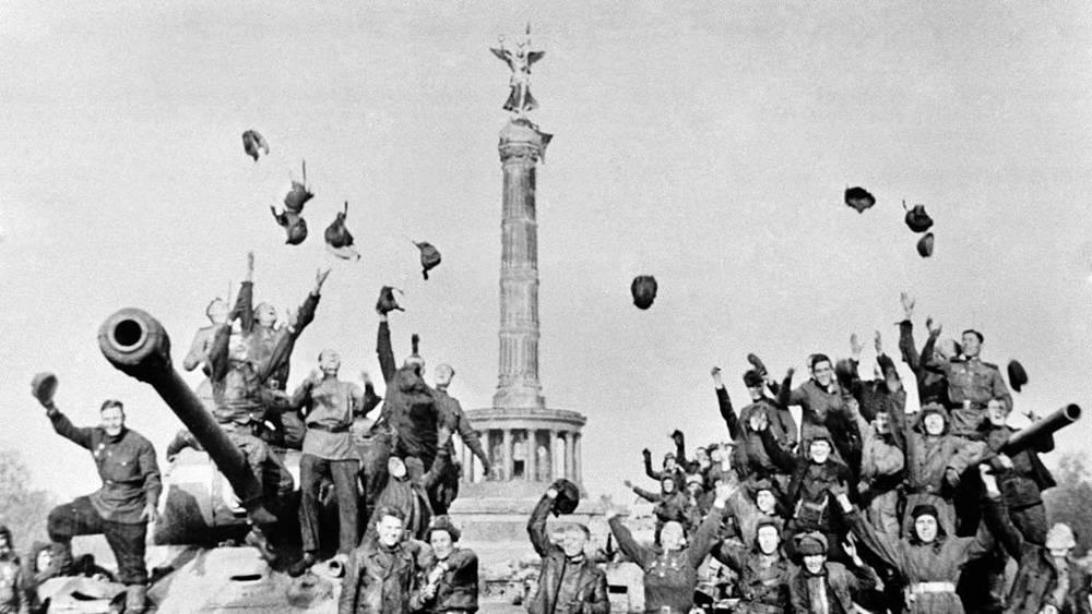 Советские танкисты у колонны Победы в Берлине
