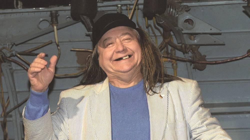 Олег Табаков пришел на сбор труппы своего театра. 2003 год