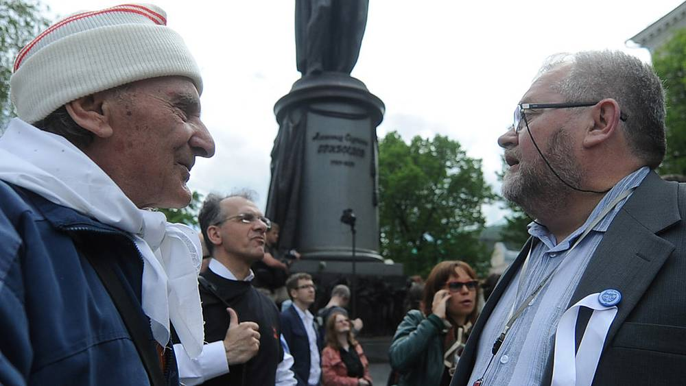 Участники акции у памятника у памятника А.С. Грибоедову на Чистопрудном бульваре