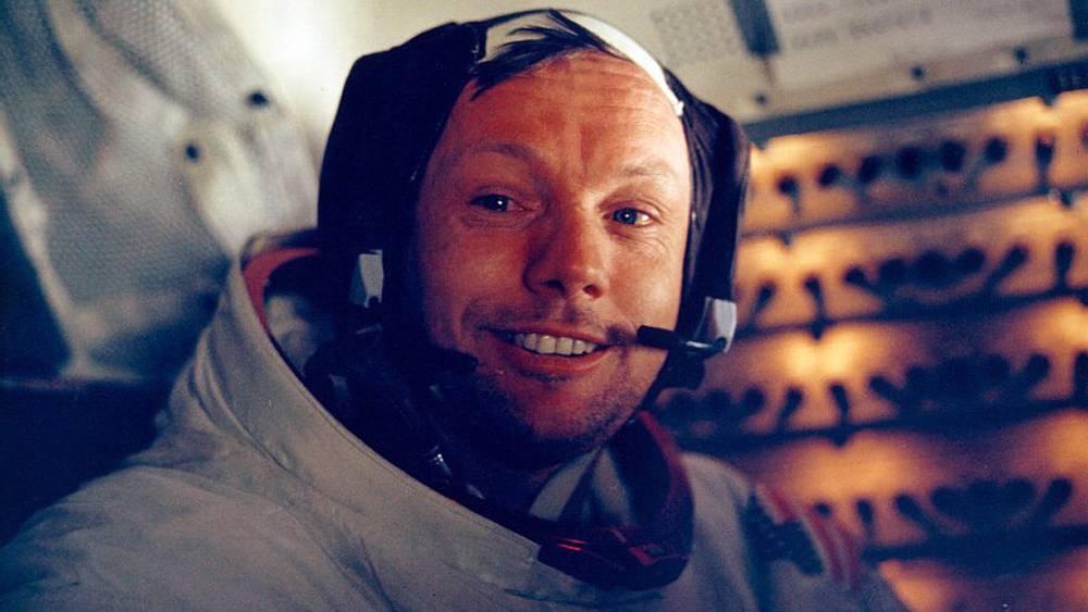 Нил Армстронг внутри лунного модуля
