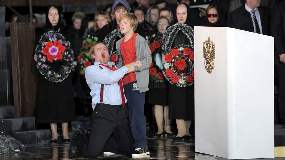 Оперные певцы Евгений Никитин в роли Бориса Годунова и Иван Худяков в роли Федора
