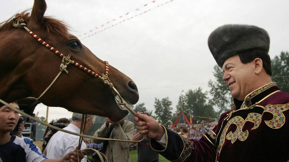 """Иосиф Кобзон с подаренной ему лошадью на открытии бурятского праздника """"Сурхарбан"""", 2004 год"""