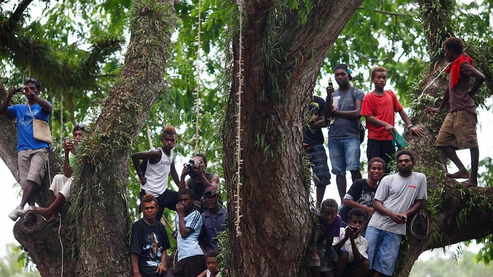 На Соломоновых островах. Встречают местные жители