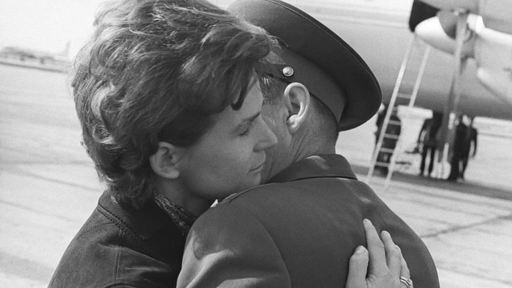 А.Николаев прощается с супругой В.Терешковой перед вылетом на Байконур. 1970 год