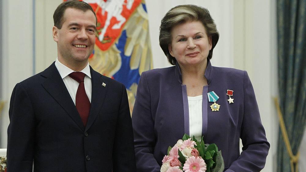 Президент РФ Дмитрий Медведев и Валентина Терешкова, награжденная Орденом Дружбы. Кремль. 2011 год