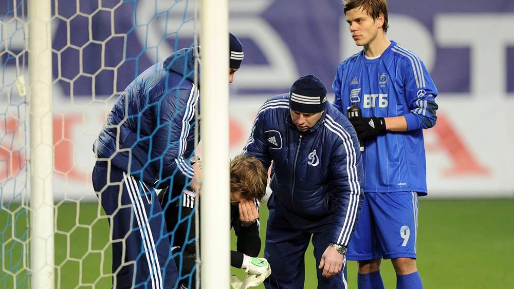 """Вратарь """"Динамо"""" Антон Шунин (второй слева), под ноги которому упала одна из петард"""