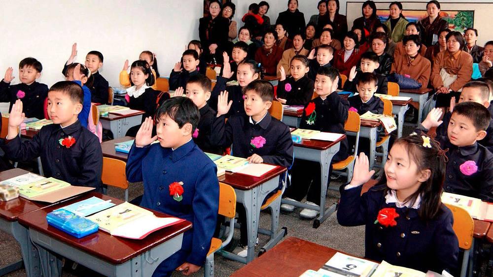 Пхеньян, Северная Корея, 2006. Фото EPA/ИТАР-ТАСС. Школьная форма в Северной Корее.