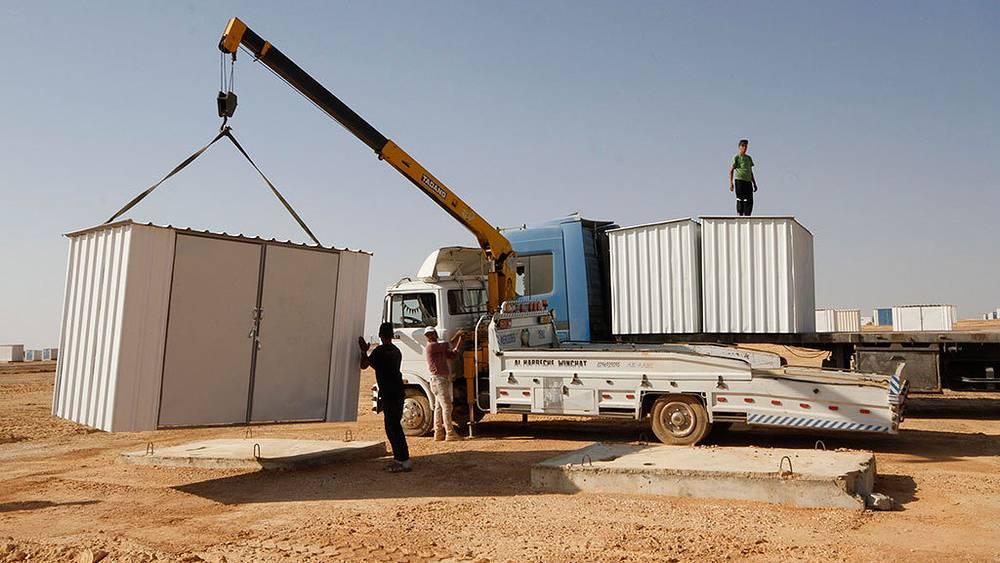 Строительство палаточного лагеря для сирийских беженцев в городе Азрак, Иордания